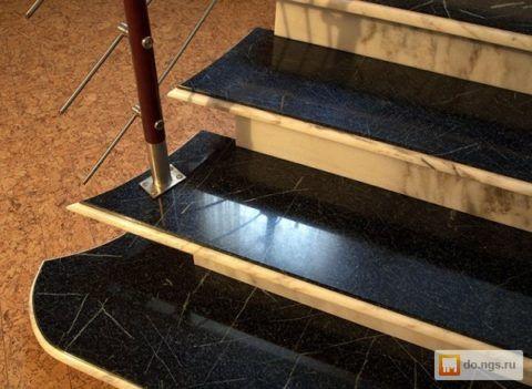 В устройстве ступеней не обязательно использовать проступи из мрамора в массиве, очень органично смотрятся мраморные накладки на деревянных проступях