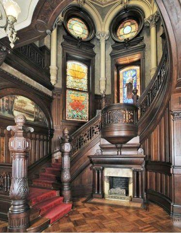 Великолепная дубовая лестница с камином под ней
