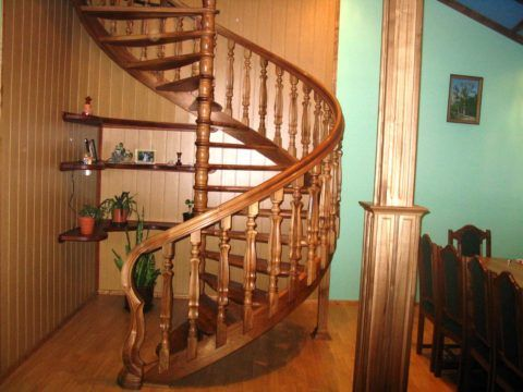 Винтовая лестница, перила из дерева