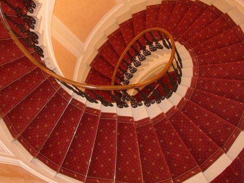 Винтовая лестница со сплошным покрытием
