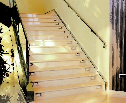 Встроенная подсветка сделает лестницу в светлых тонах ещё эффектней