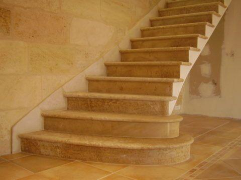 Закругленные ступени, облицованные керамогранитом под натуральный камень - песчаник