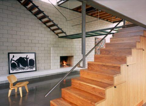 Закрытая лестница из дерева может служить местом для хранения вещей
