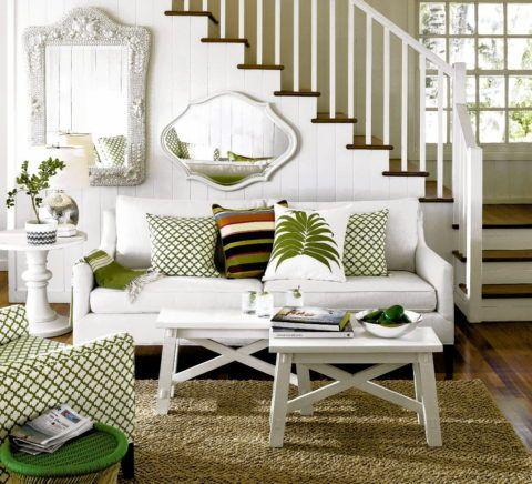 Белая обшивка подмаршевого пространства декорирована зеркалами, которые зрительно делают небольшую гостиную просторнее