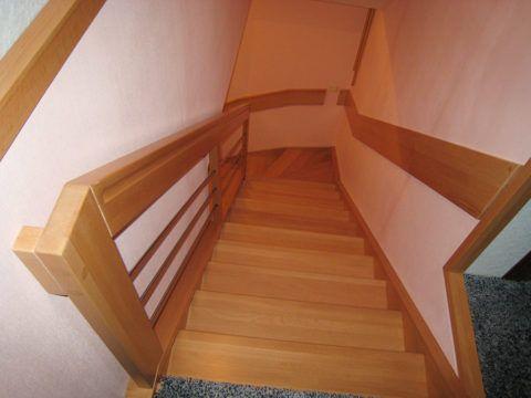 Бетонная лестница, отделанная массивом бука