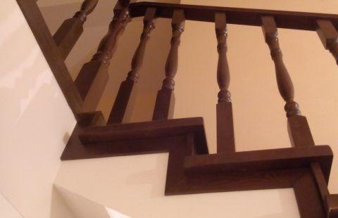 Бетонная лестница с деревянными перилами