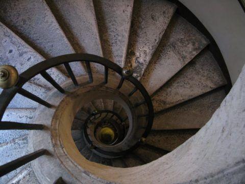 Бетонная винтовая лестница – это тяжелая монолитная конструкция