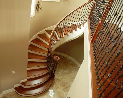 Бетонные полувинтовые лестницы могут отделывать разными материалами, например, деревом