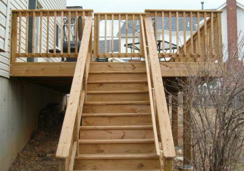 Деревянная лестница на крыльцо дома