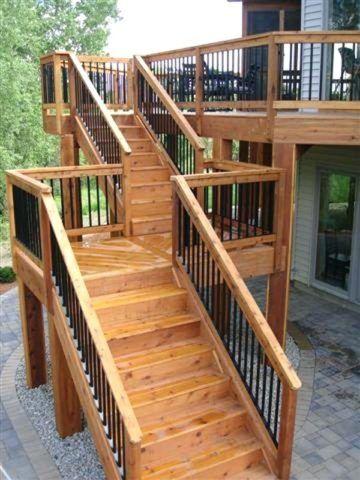 Деревянная лестница на второй этаж с площадкой между маршами