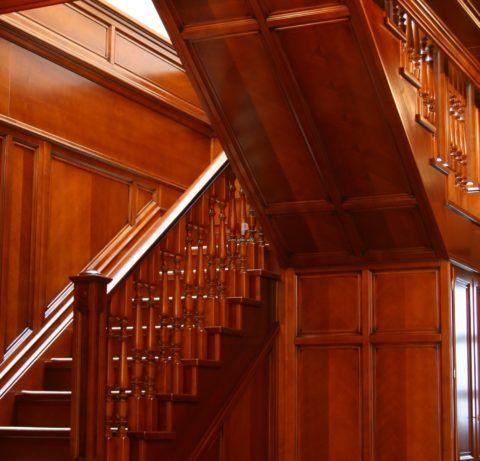 Деревянная лестница с облицованным панелями основанием