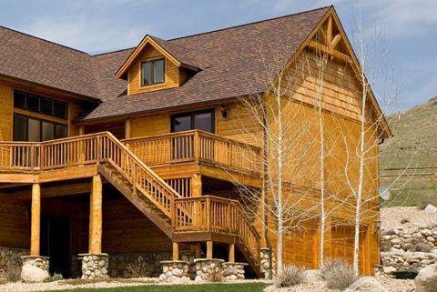 Деревянная лестница в загородном доме на второй этаж