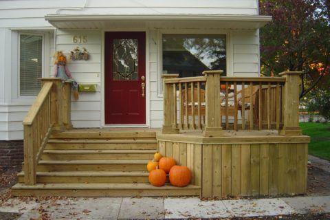 Деревянное крыльцо с небольшой террасой будет хорошо смотреться на фасаде дома, обшитого белой вагонкой