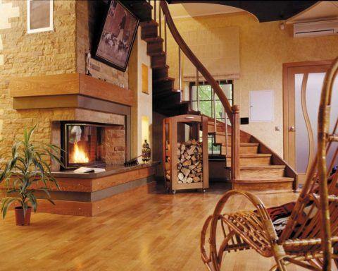 Дизайн лестницы в гостиной с камином