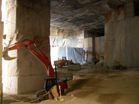 Добыча природного мрамора ведется в каменоломнях
