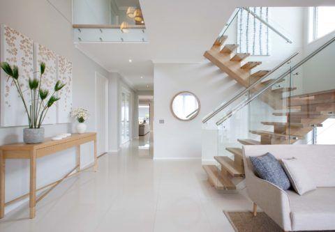 Гармоничный интерьер: лестница в гостиной в современном стиле