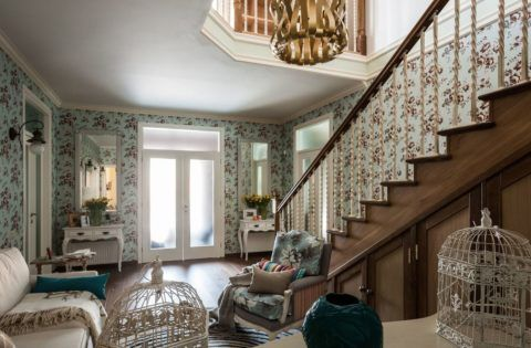 Гостиная в стиле Прованс с лестницей