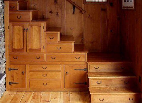 Использование конструкции лестницы для организации мест хранения