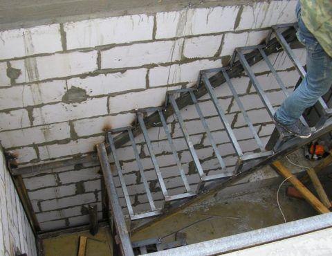 Как сварить лестницу из уголка: монтаж кобылок из уголков на косоуры из профильной трубы