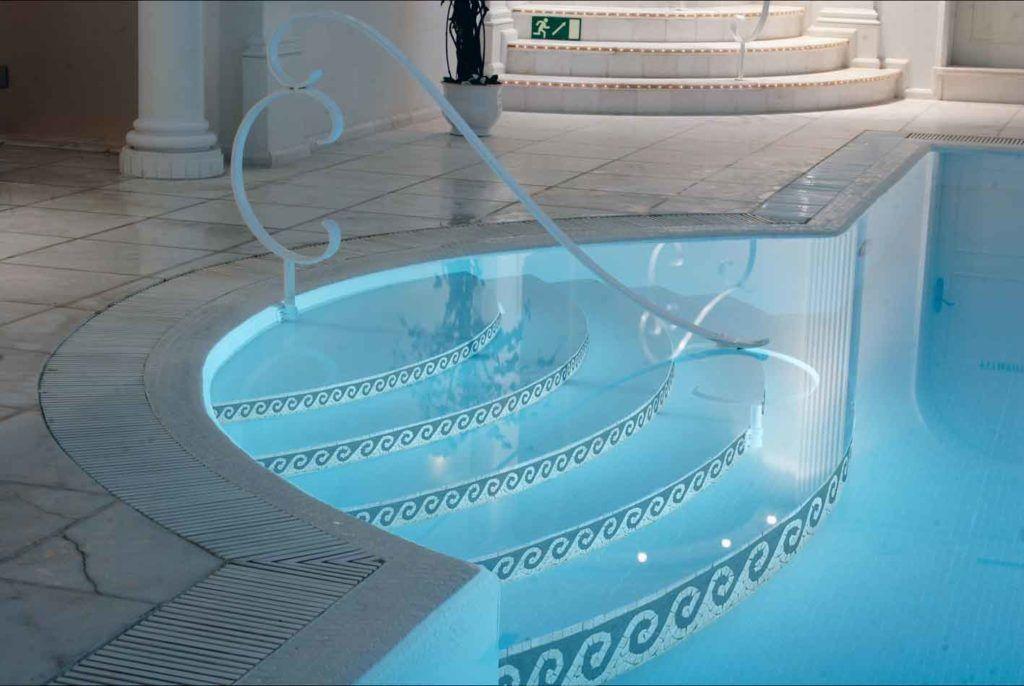 Деревянная лестница в бассейн