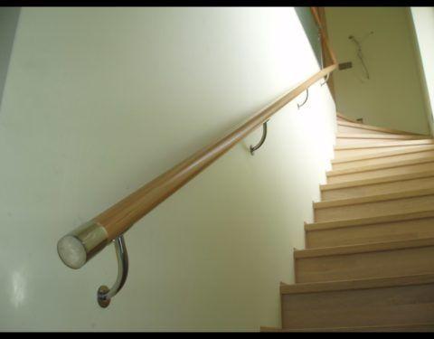 Крепление деревянного поручня к стене