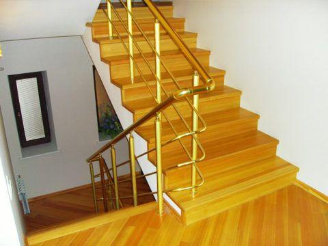 Лестница бетонная: отделка деревом