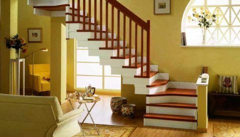 Лестница хорошо гармонирует с окружающими предметами благодаря удачно подобранному цвету краски