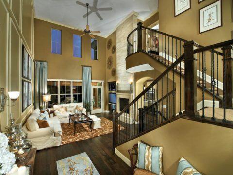 Лестница из гостиной на второй этаж
