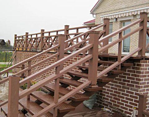Лестница из металла на веранду