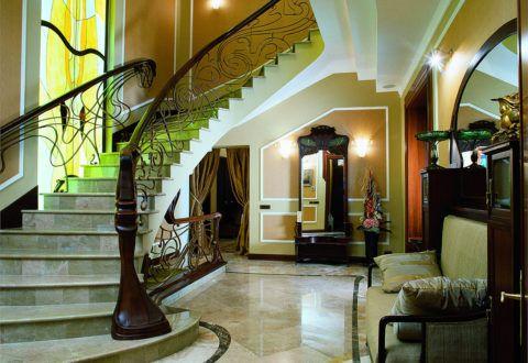 Лестница из натурального камня и древесины с элементами художественной ковки в стиле ренессанс