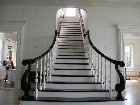 Лестница, отделанная древесиной венге