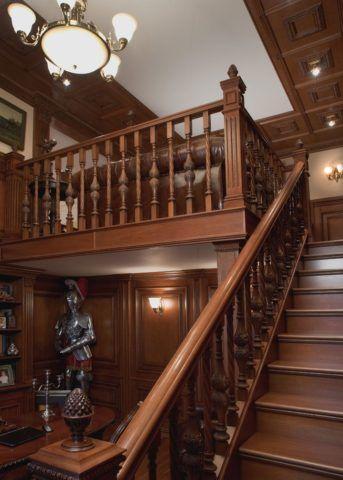 Лестница в классическом стиле может иметь резные балясины и декоративные опорные столбы у основания