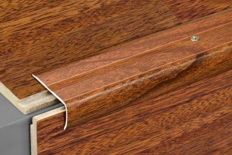 Металлический порожек на ступени