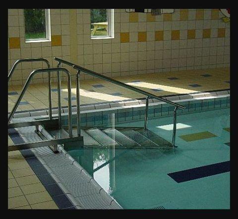 Наклонные лестницы для бассейнов комфортнее и безопаснее