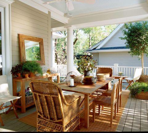 Обеденная зона на террасе может быть представлена деревянной мебелью