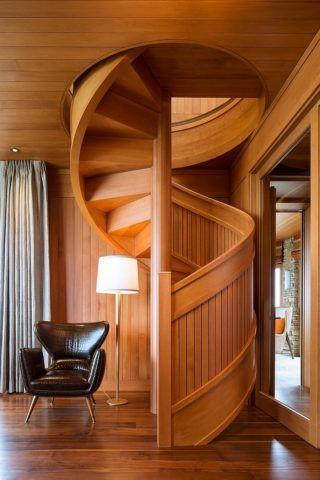 Облицовка лестницы деревом, обработанным морилкой