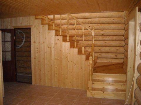 Обшивка деревянными досками лестницы