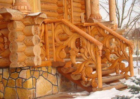 Ограждения для лестницы крыльца, украшенные художественной резьбой, выглядят богато и наделяют фасад особой эстетикой