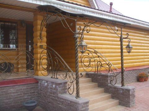 Ограждения лестницы ковка в сочетании с кирпичом делает визуально конструкцию легче и изящнее