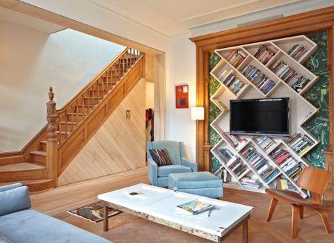 Отдельная гардеробная комната под лестницей может быть организована при достаточной высоте последней