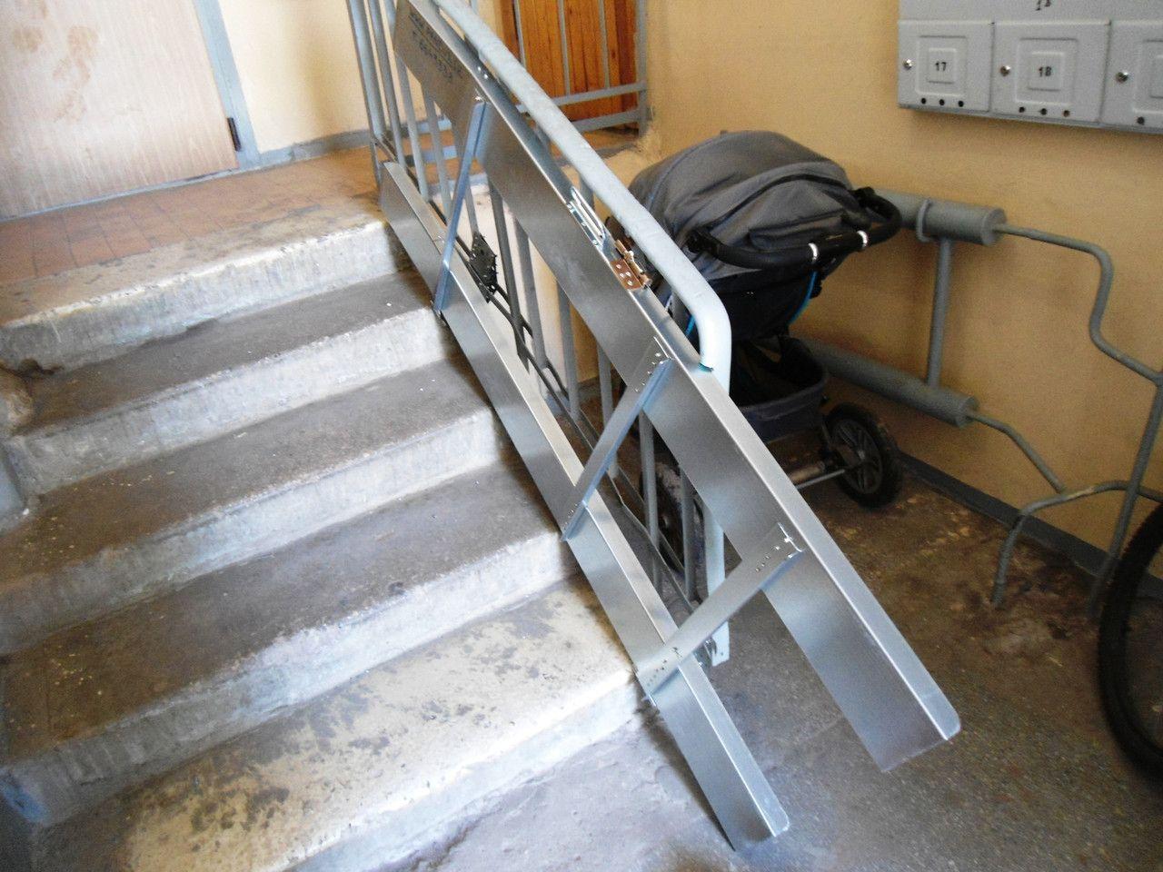 Пандус для инвалидов в подъезде жилого дома