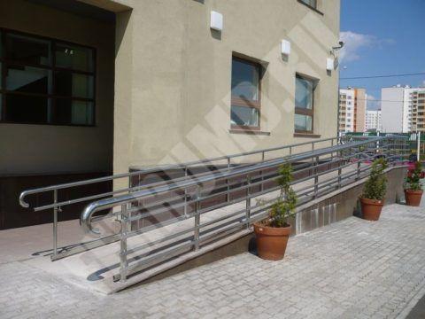 Пандус лестницы для инвалидов, соответствующий всем нормам и требованиям