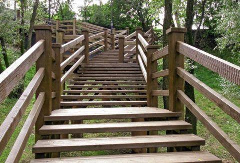 Перила из дерева для лестниц в парке