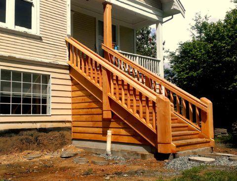 Перила из дерева для лестницы на тетивах