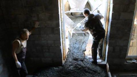 Подача бетона из автобетоносмесителя на заранее заготовленную площадку