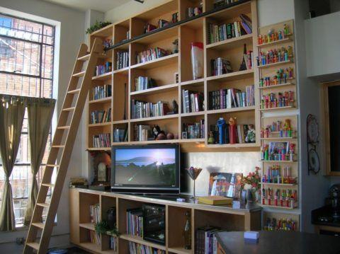 Приставная лестница – незаменимая вещь и для частного дома, и для городской квартиры