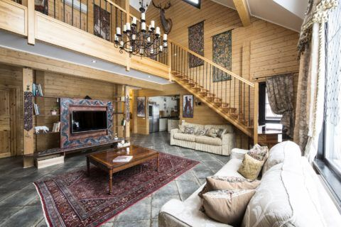 Простая конструкция в деревянном доме