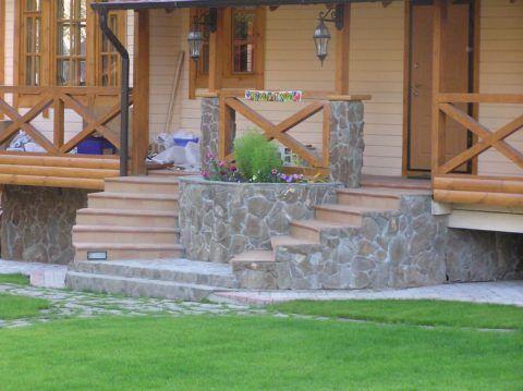 Сочетание материалов крыльца и фундамента дома