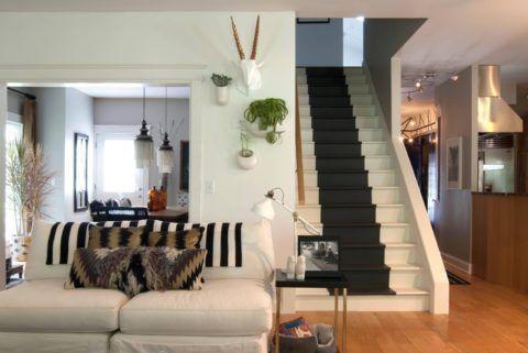 Способ декорирования ступеней перекликается с текстилем на диване в гостиной, создавая единую композицию