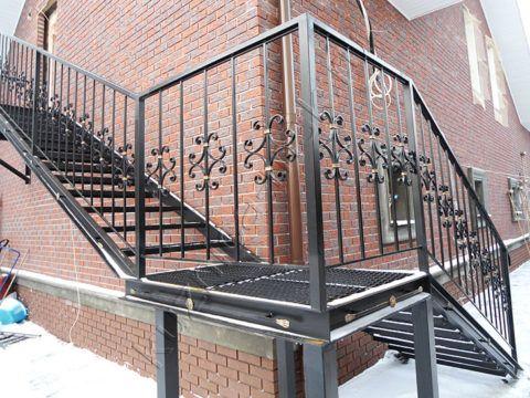 Сварка ограждения на металлической лестнице